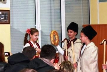 """С коледари и сурвакари посрещнаха чуждестранни гости в СОУ """"Иван Вазов"""""""